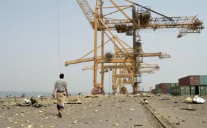 A worker walk on debris following an air strike on Yemen's Hodeida port August 18, 2015.  REUTERS/Stringer